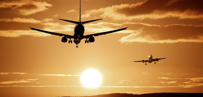 Zwei Flugzeuge begegnen sich kurz nach dem Abheben und vor dem Landen