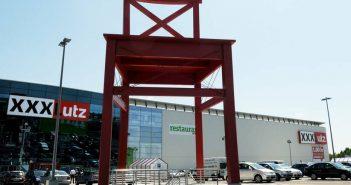 Roter Stuhl XXXL Lutz Möbelhaus Parkplatz